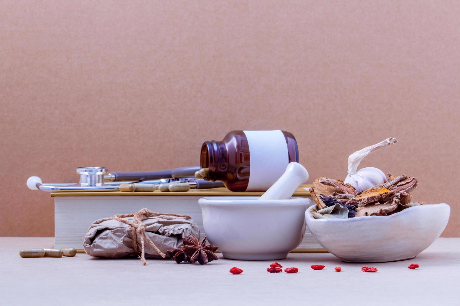 Varias hierbas y medicinas chinas. foto