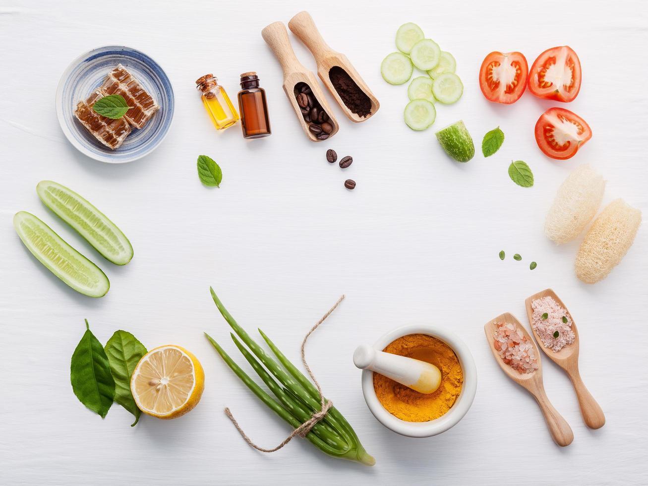 Marco de ingredientes para cocinar en blanco foto