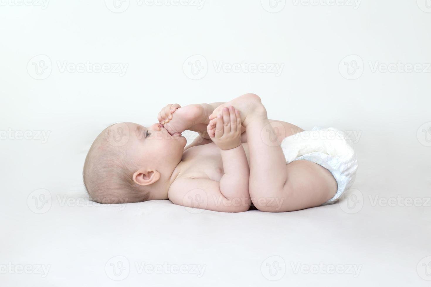 linda niña acostada en la cama foto