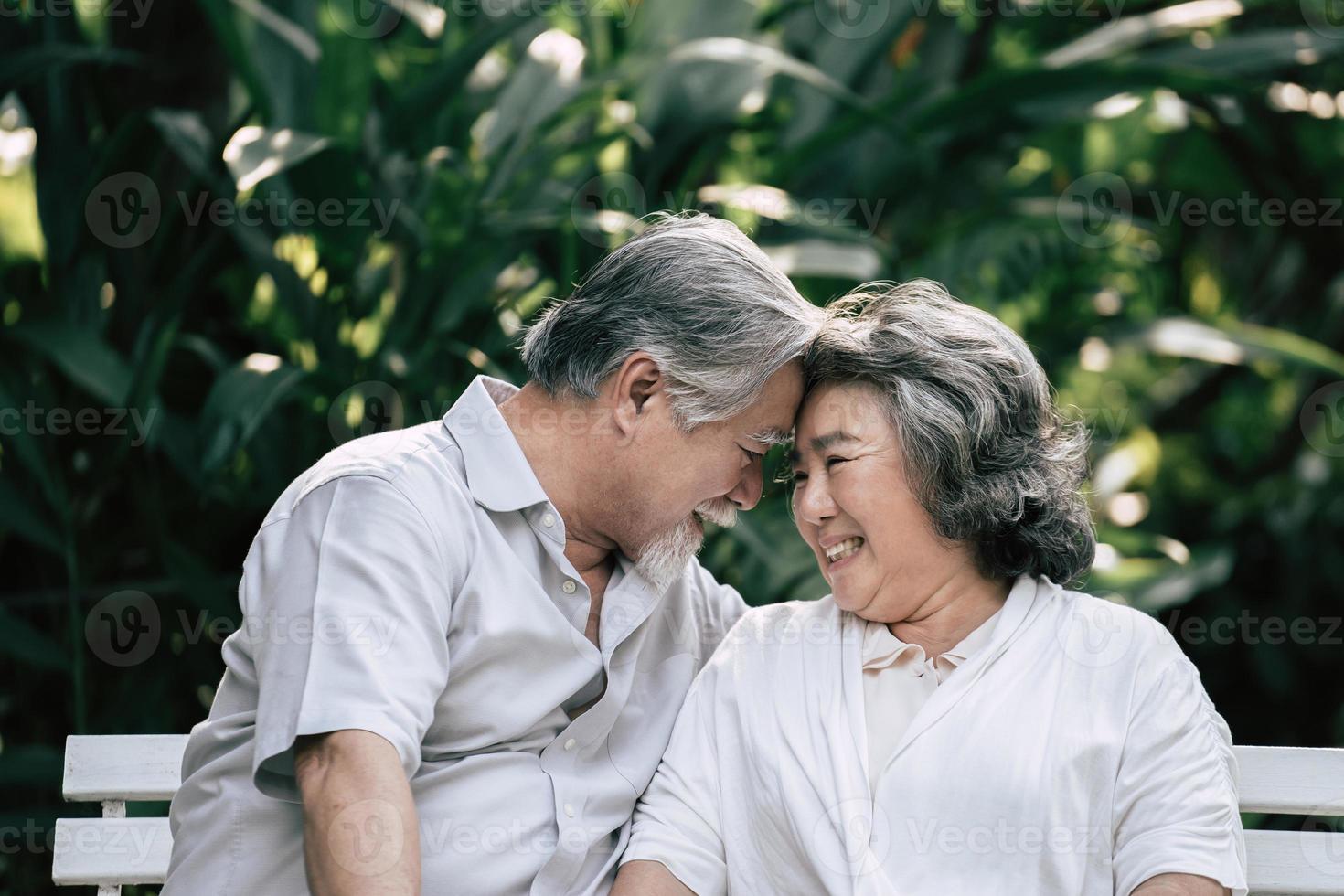pareja de ancianos hablando juntos foto