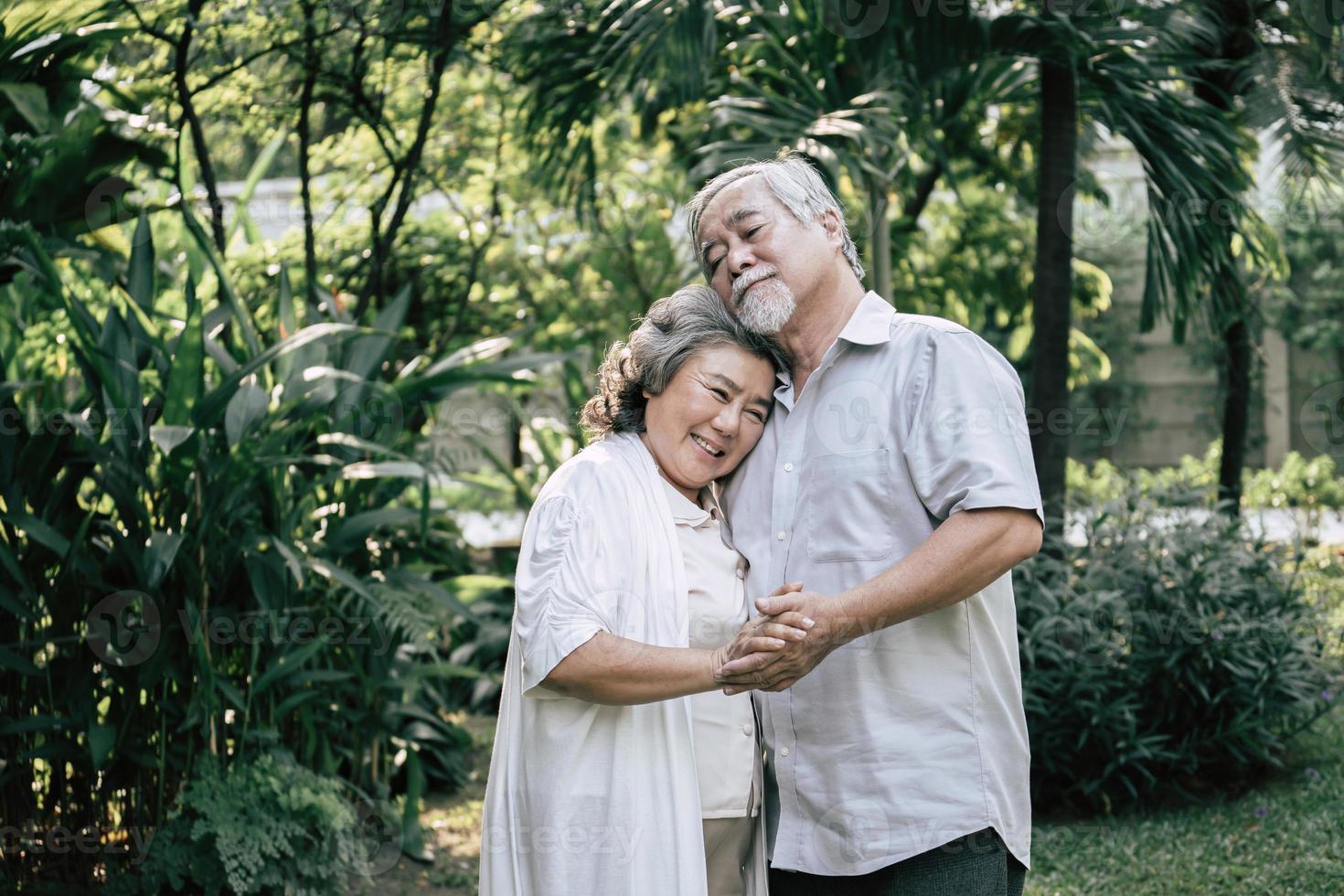pareja de ancianos bailando juntos foto