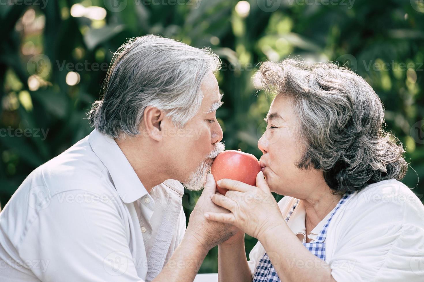 pareja de ancianos cocinando comida sana juntos foto