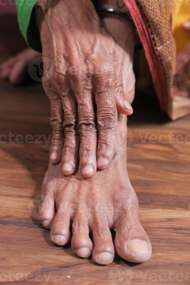 mujer mayor, sufrimiento, dolor, en, articulación foto