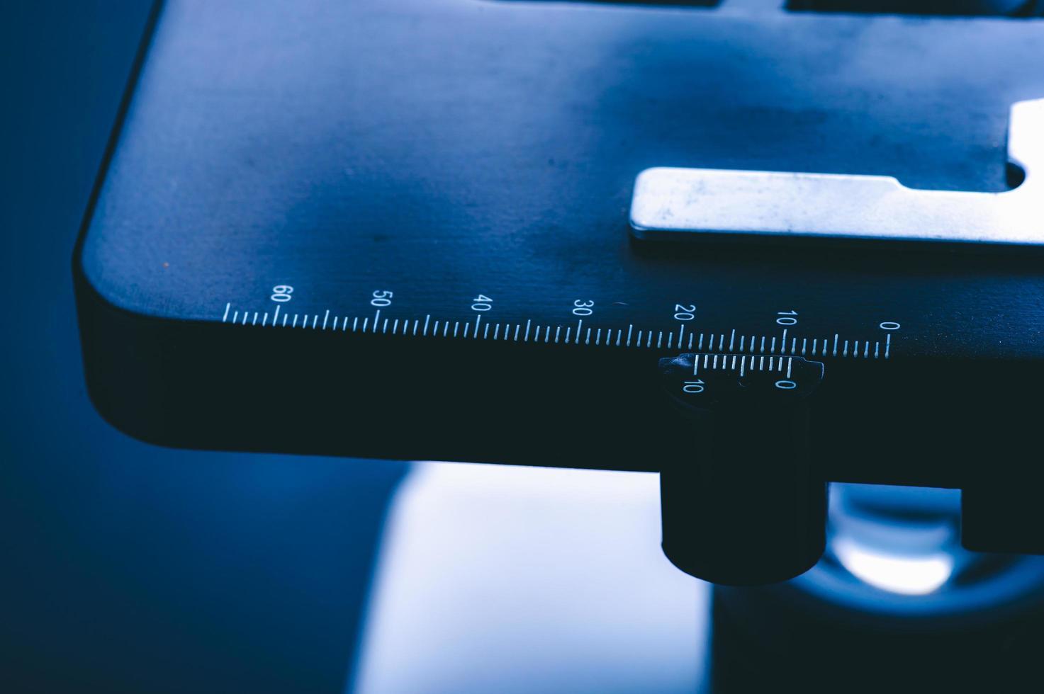 Primer plano de las marcas de medición en el microscopio foto