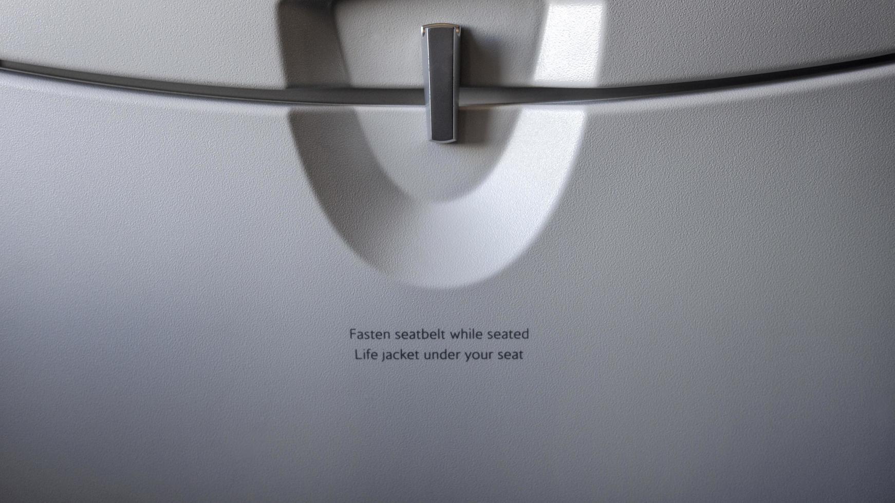 mesa de bandeja de avión con una etiqueta de advertencia foto