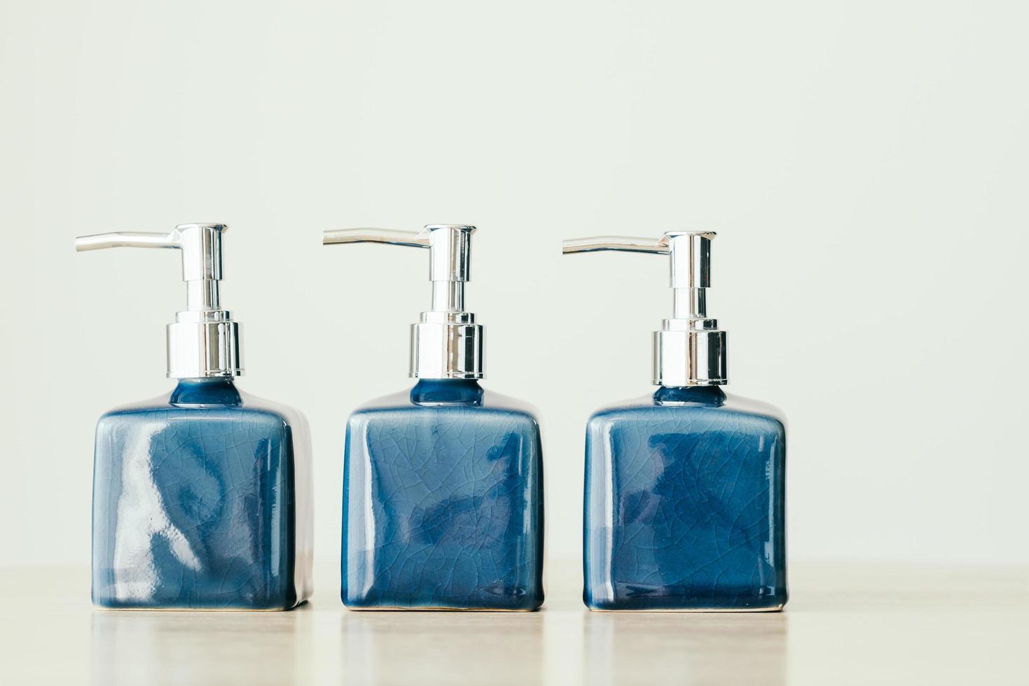 botellas de loción en blanco foto