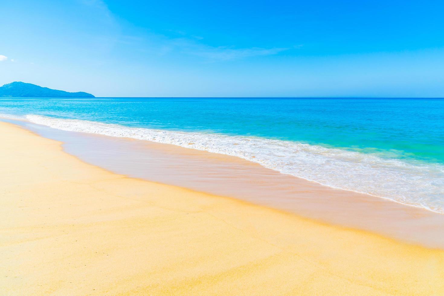 hermosa playa y cielo azul foto