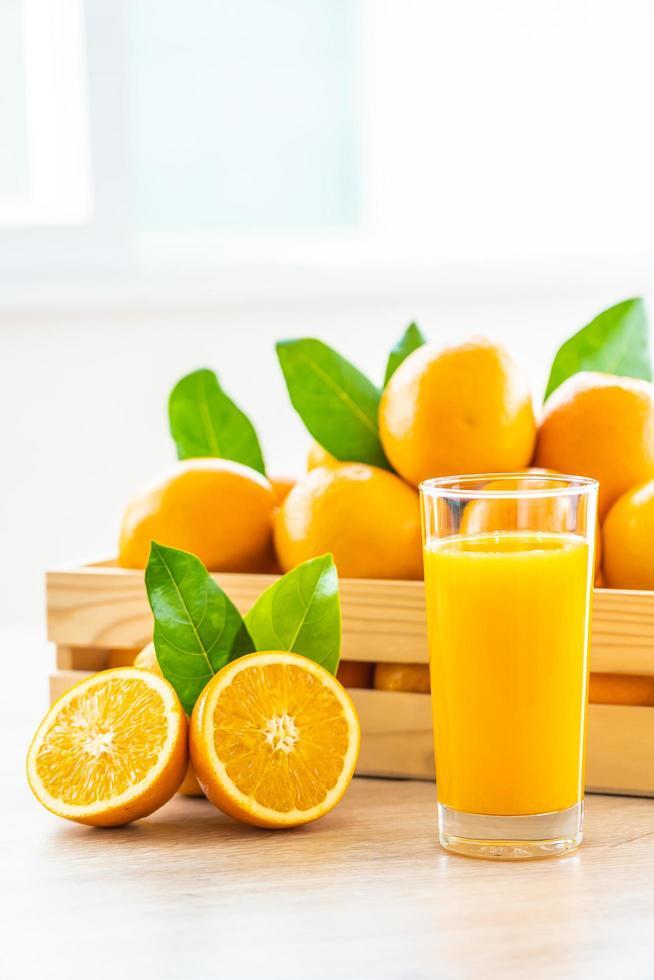 jugo de naranja natural y naranjas foto