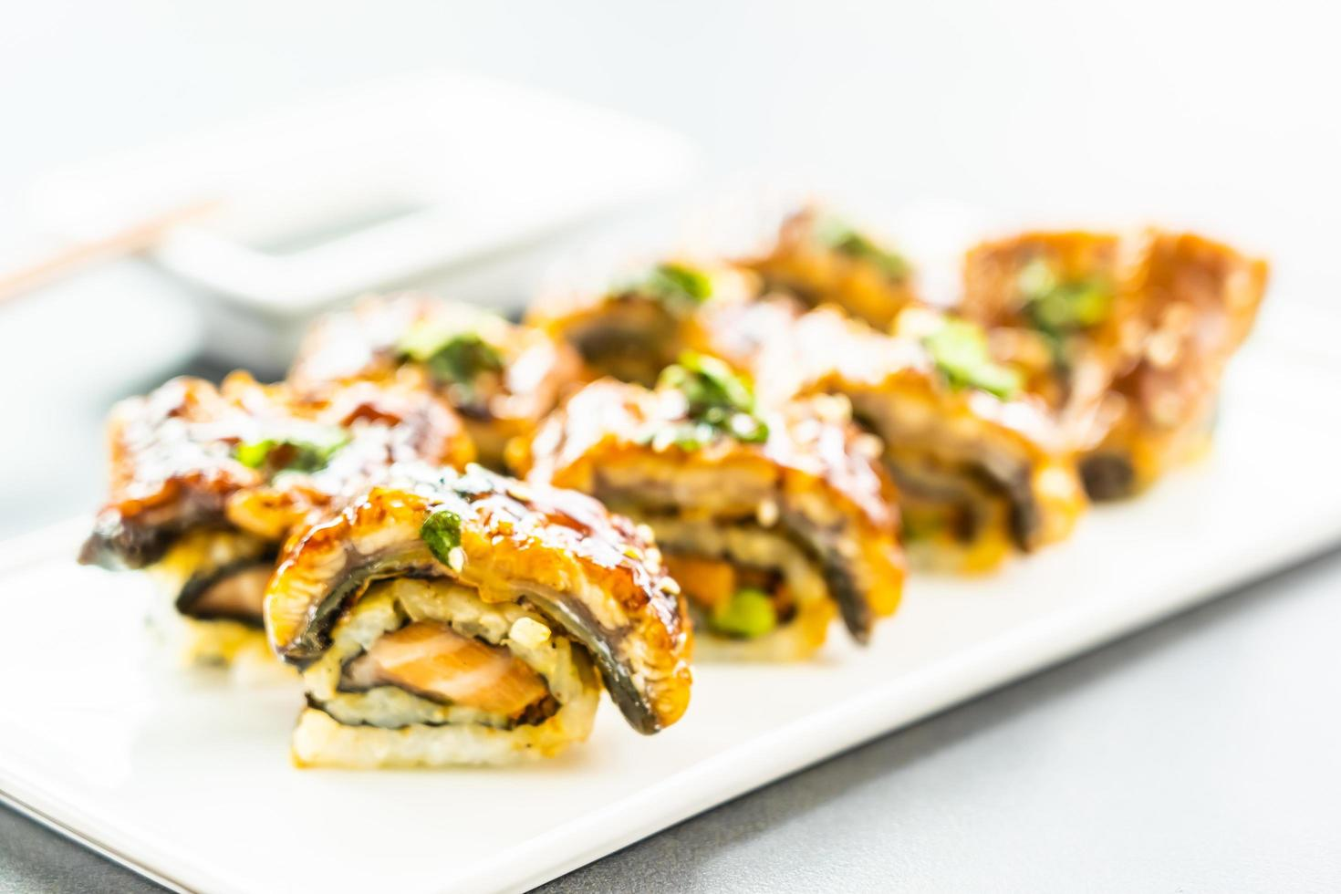 anguila a la parrilla o sushi de pescado unagi maki roll foto