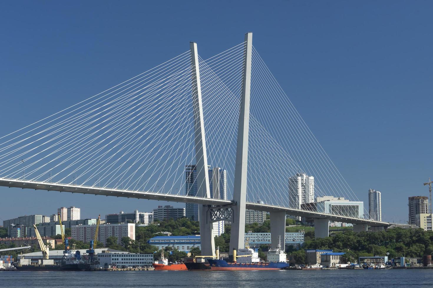 Paisaje urbano con puente zolotoy en vladivostok, rusia foto