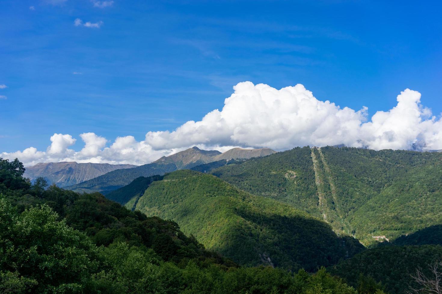 paisaje de montaña con cielo azul nublado foto