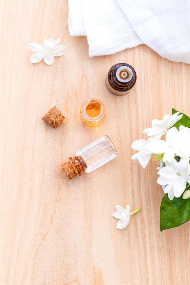vista superior de aceites esenciales y flores foto