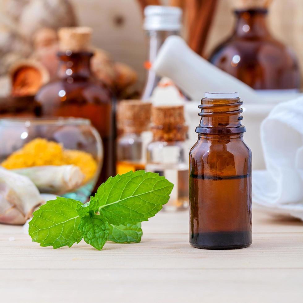 botellas de aceite esencial foto