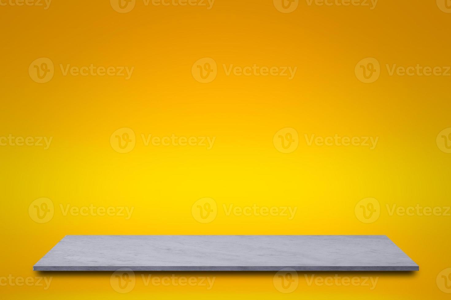 Estante de mármol blanco sobre fondo amarillo foto