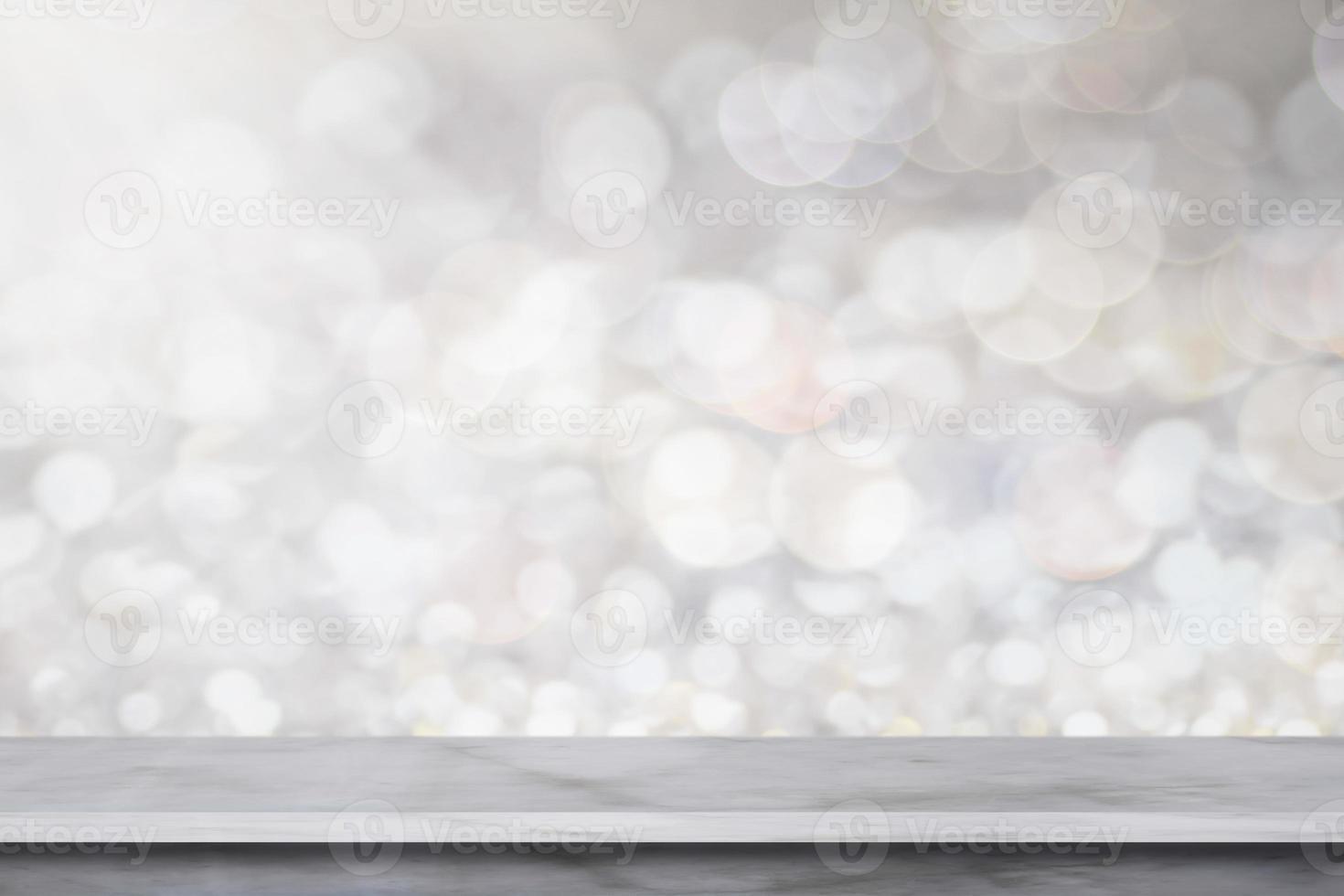 Estante de mármol blanco sobre fondo gris bokeh foto