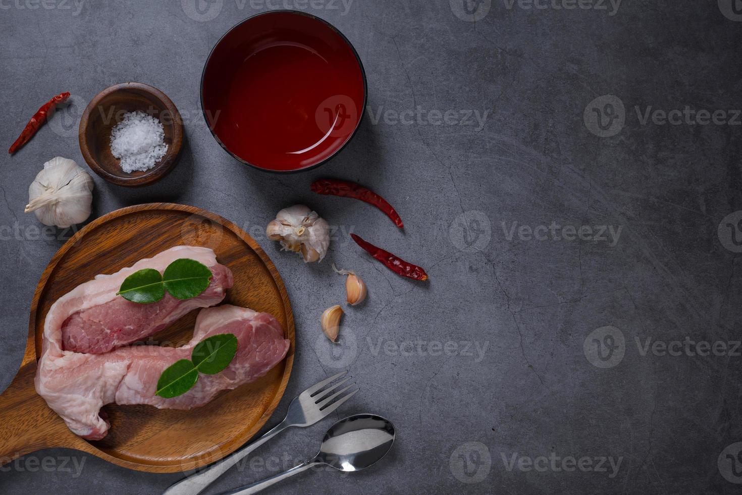 carne cruda fresca en un plato foto