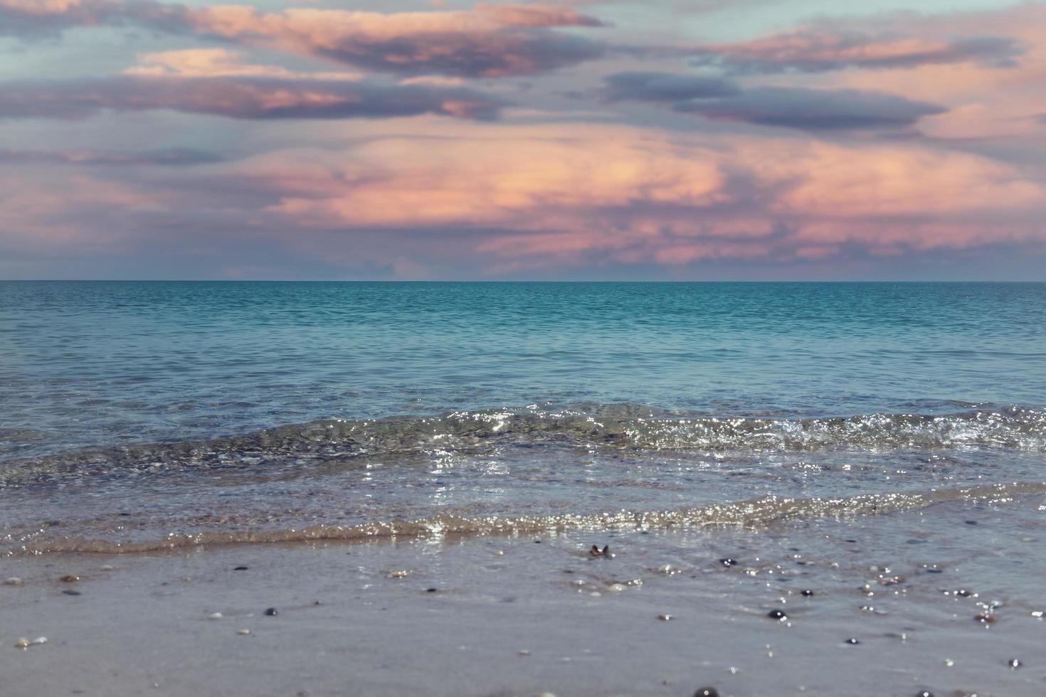 paisaje marino con una colorida puesta de sol rosa foto
