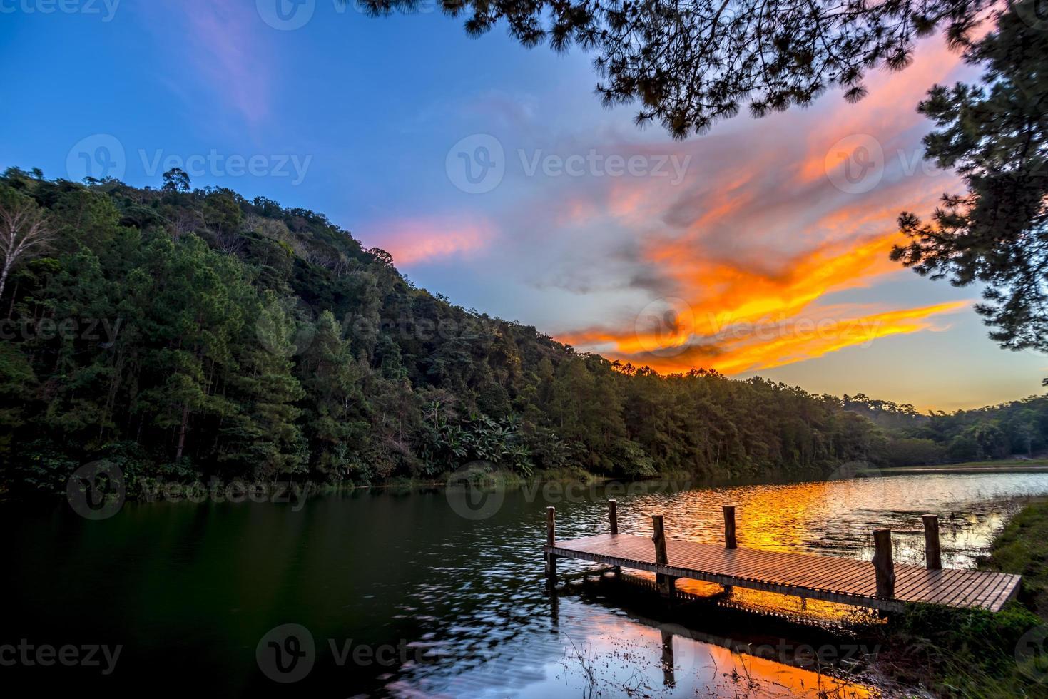 crepúsculo vista en el muelle de un lago foto