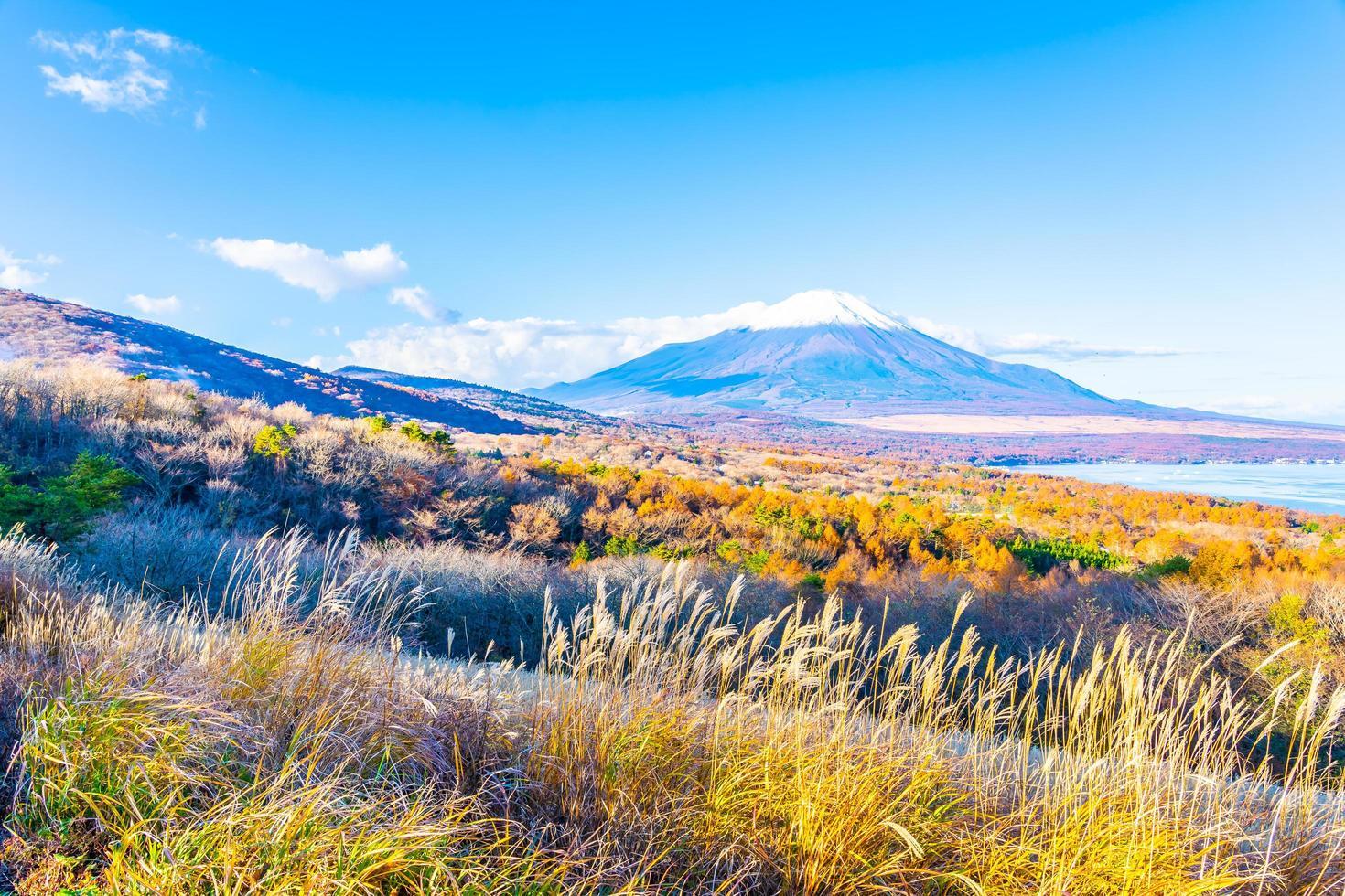 Montaña Fuji en el lago yamanakako o yamanaka en Japón foto