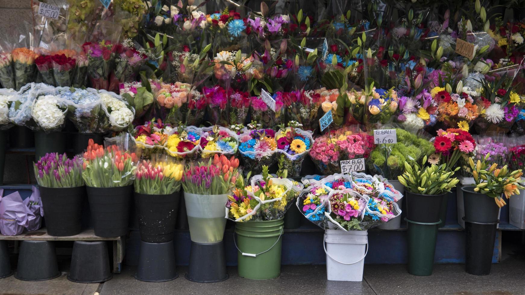 Florería fuera de una bodega en la ciudad de Nueva York foto