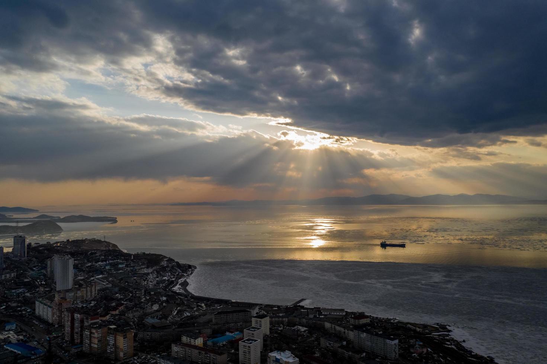 Vista aérea de la bahía de Amur con la luz del sol rompiendo las nubes en Vladivostok, Rusia foto