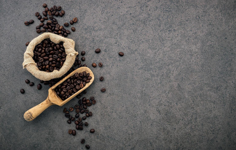 café tostado oscuro sobre hormigón oscuro foto