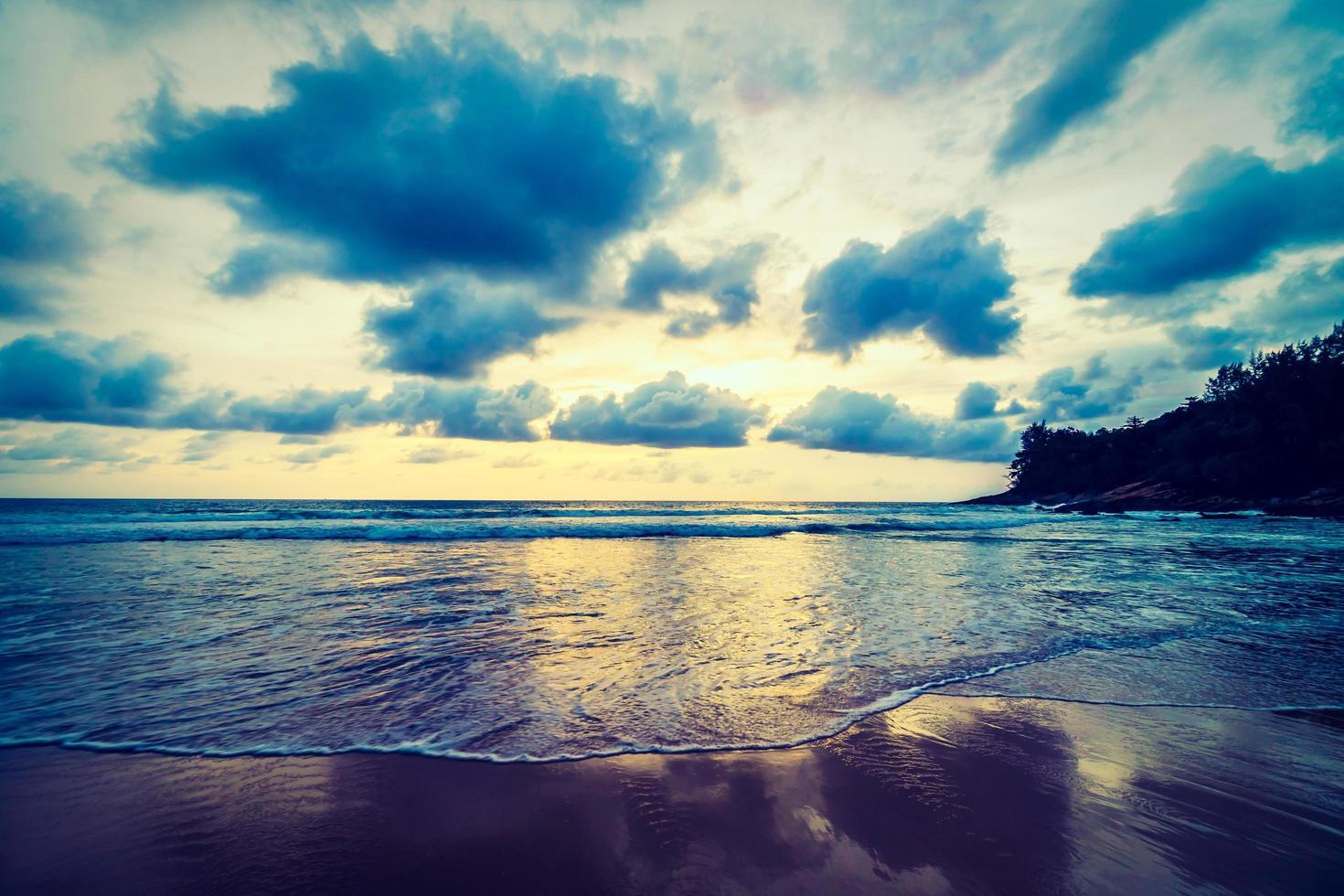 puesta de sol sobre la playa foto