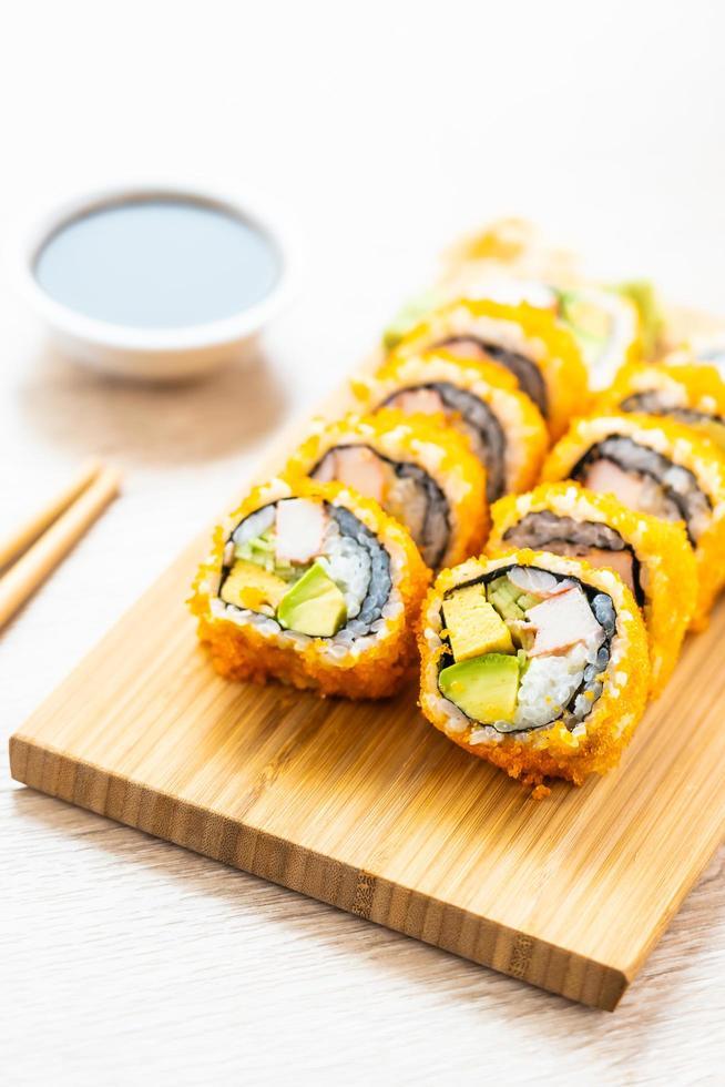 California maki rolls sushi con salsa y palillos foto