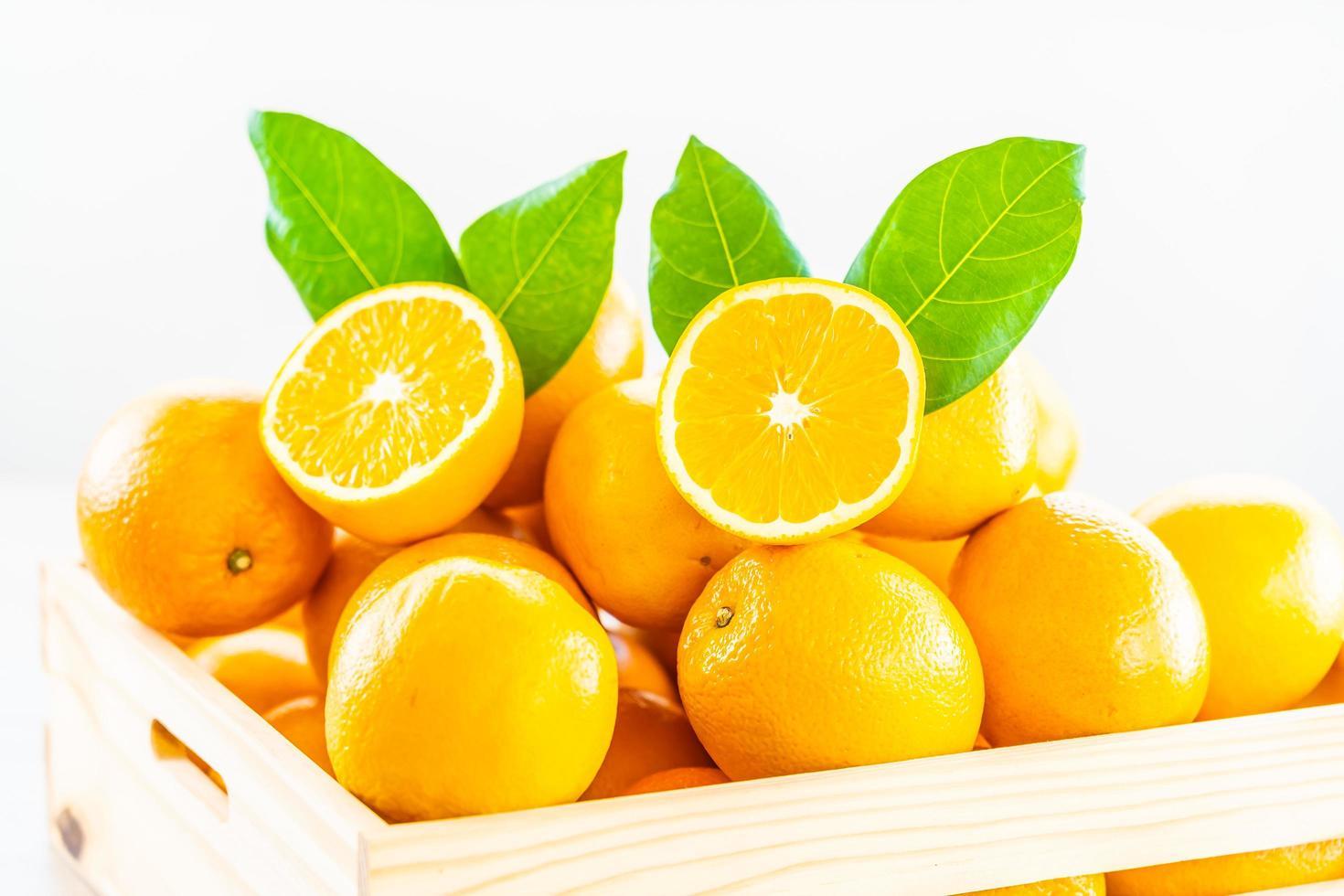 naranjas frescas en una caja de madera foto