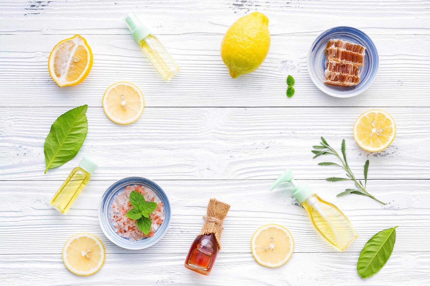 ingredientes naturales en madera blanca foto