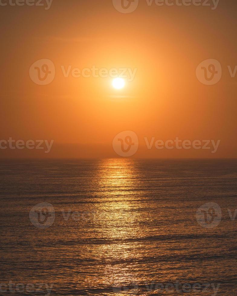 puesta de sol y el mar en punta hermosa foto