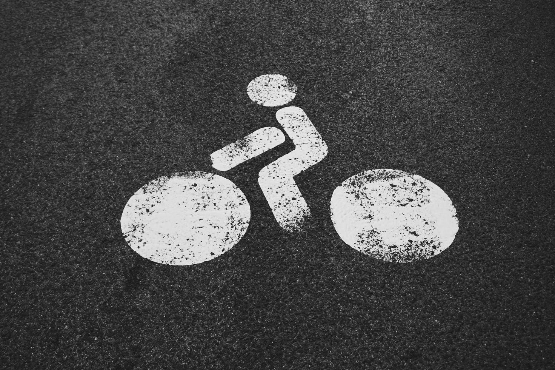 Una señal de tráfico de bicicletas en la ciudad de Bilbao, España. foto