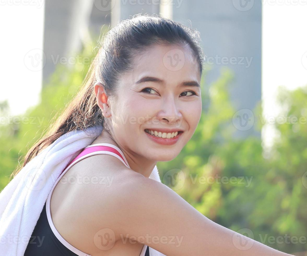 hermosa mujer corriendo al aire libre en el parque foto