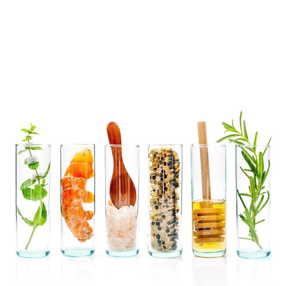 botellas de vidrio de ingredientes frescos foto