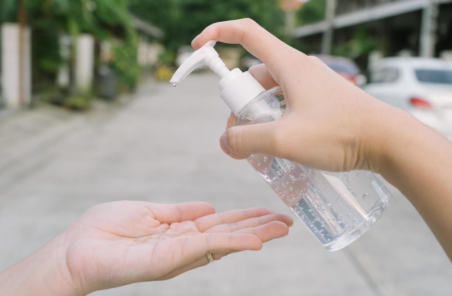 Mujer limpiando la mano con gel de alcohol, concepto de salud foto