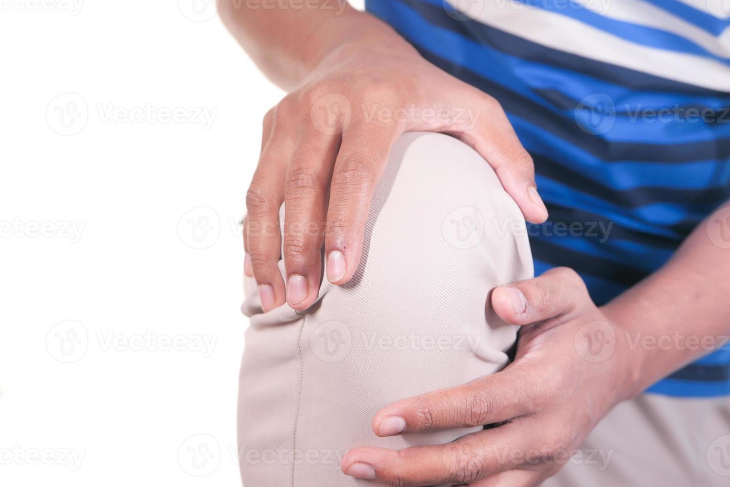 hombre agarrando la rodilla con dolor foto