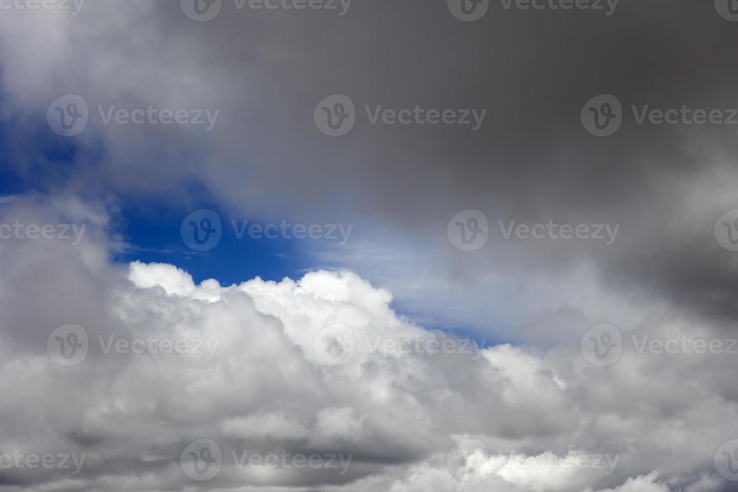 nubes blancas en el cielo azul foto