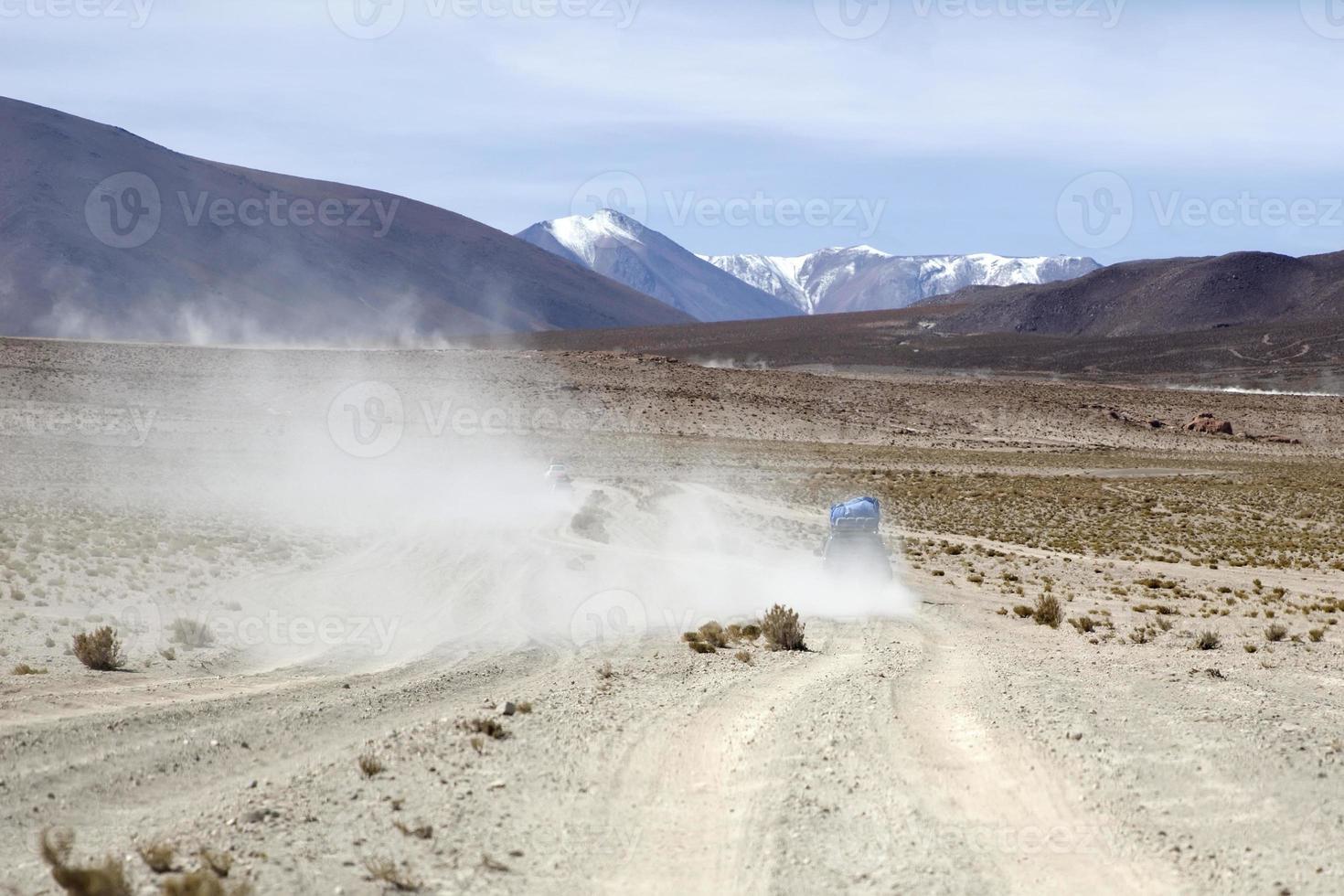 Vehículo de terreno en el desierto de Dalí en la Reserva Nacional de Fauna Andina Eduardo Avaroa en Bolivia foto
