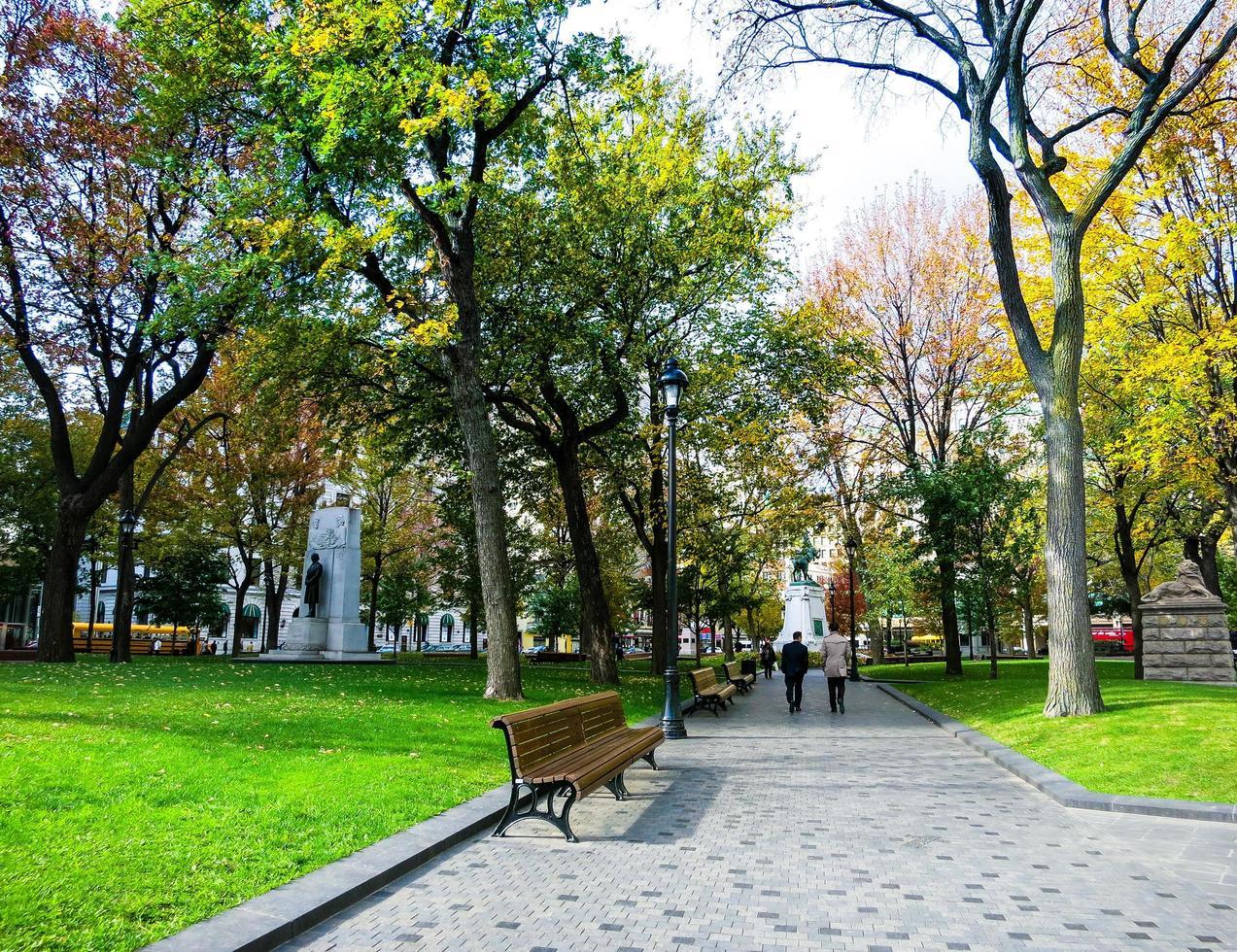 gente en un parque en el centro de montreal, canadá foto
