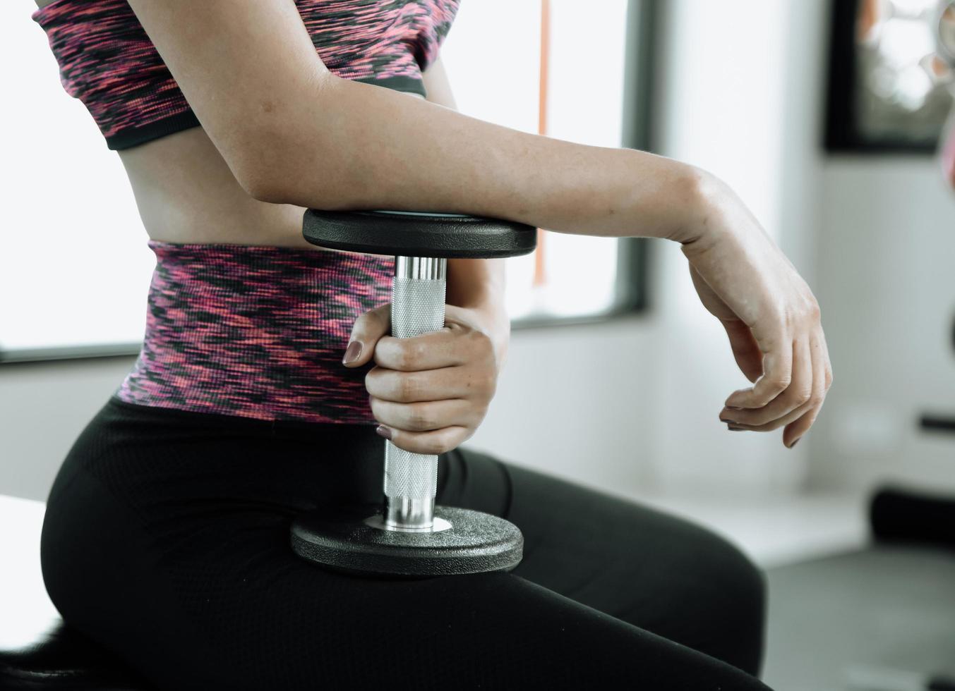 Fitness mujer en entrenamiento con fuertes abdominales mostrando en el gimnasio foto