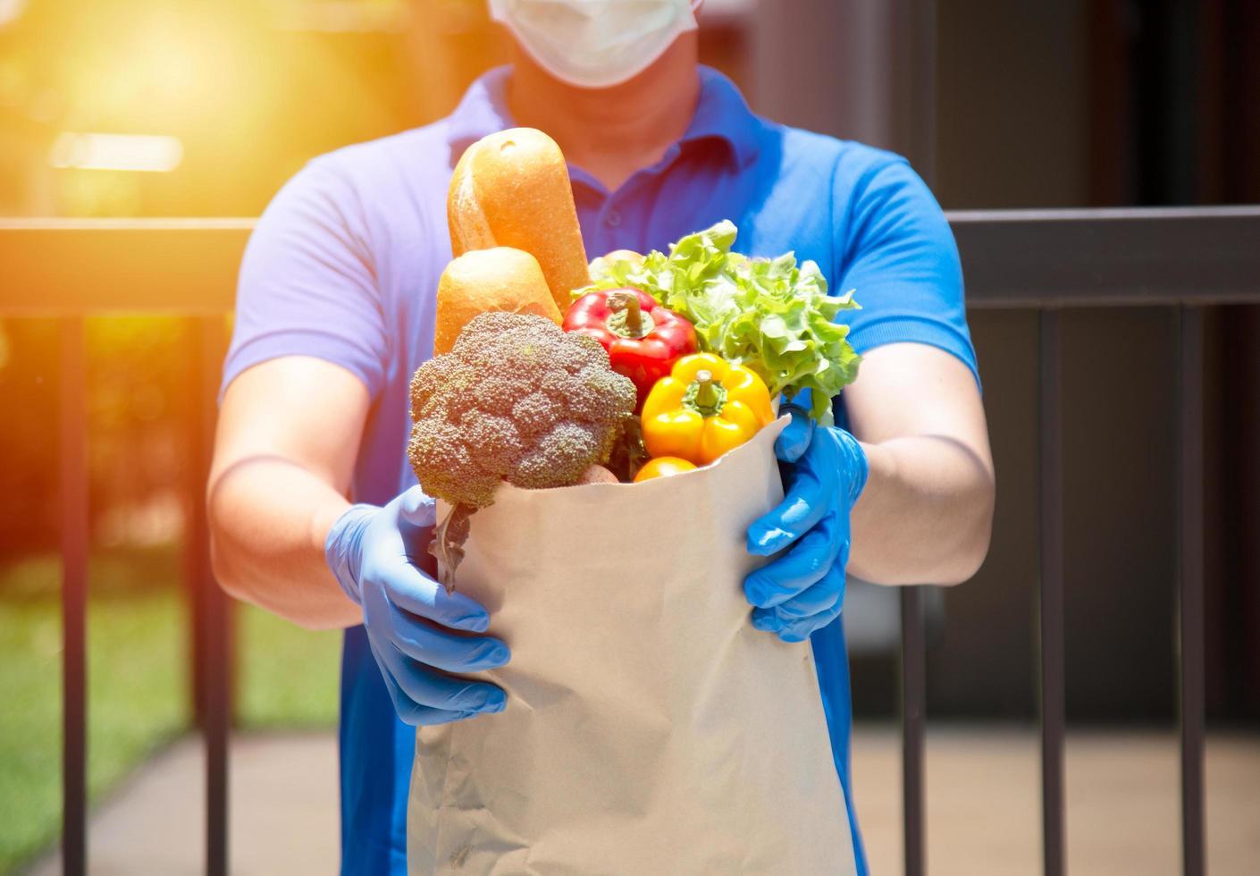 proveedores de servicios de alimentos con máscaras y guantes. quedarse en casa reduce la propagación del virus covid-19 foto