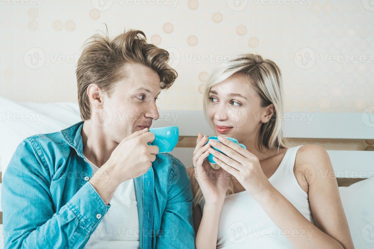pareja feliz tomando café en la mañana foto