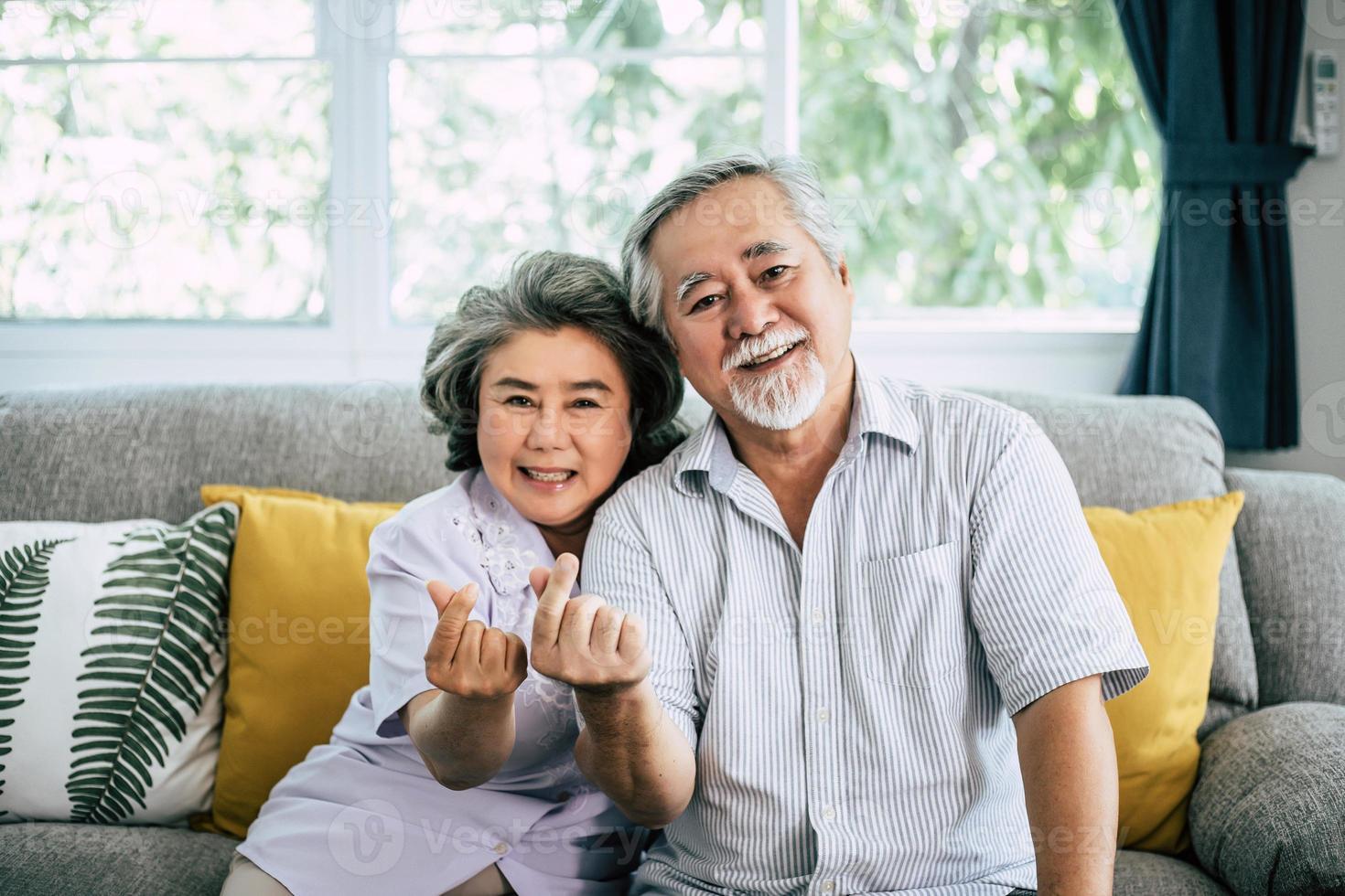 pareja de ancianos juntos en su sala de estar foto