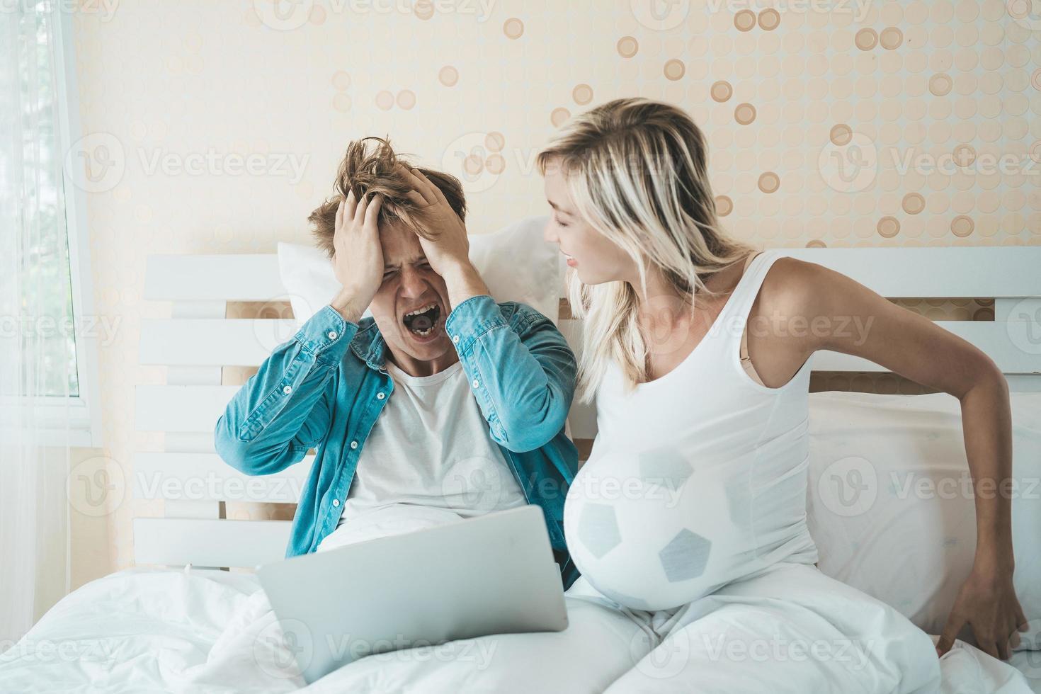 feliz pareja viendo fútbol soccer en la cama foto
