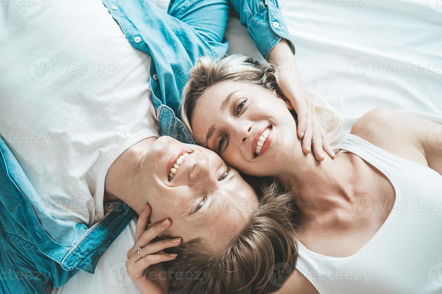 feliz pareja juntos en el dormitorio foto