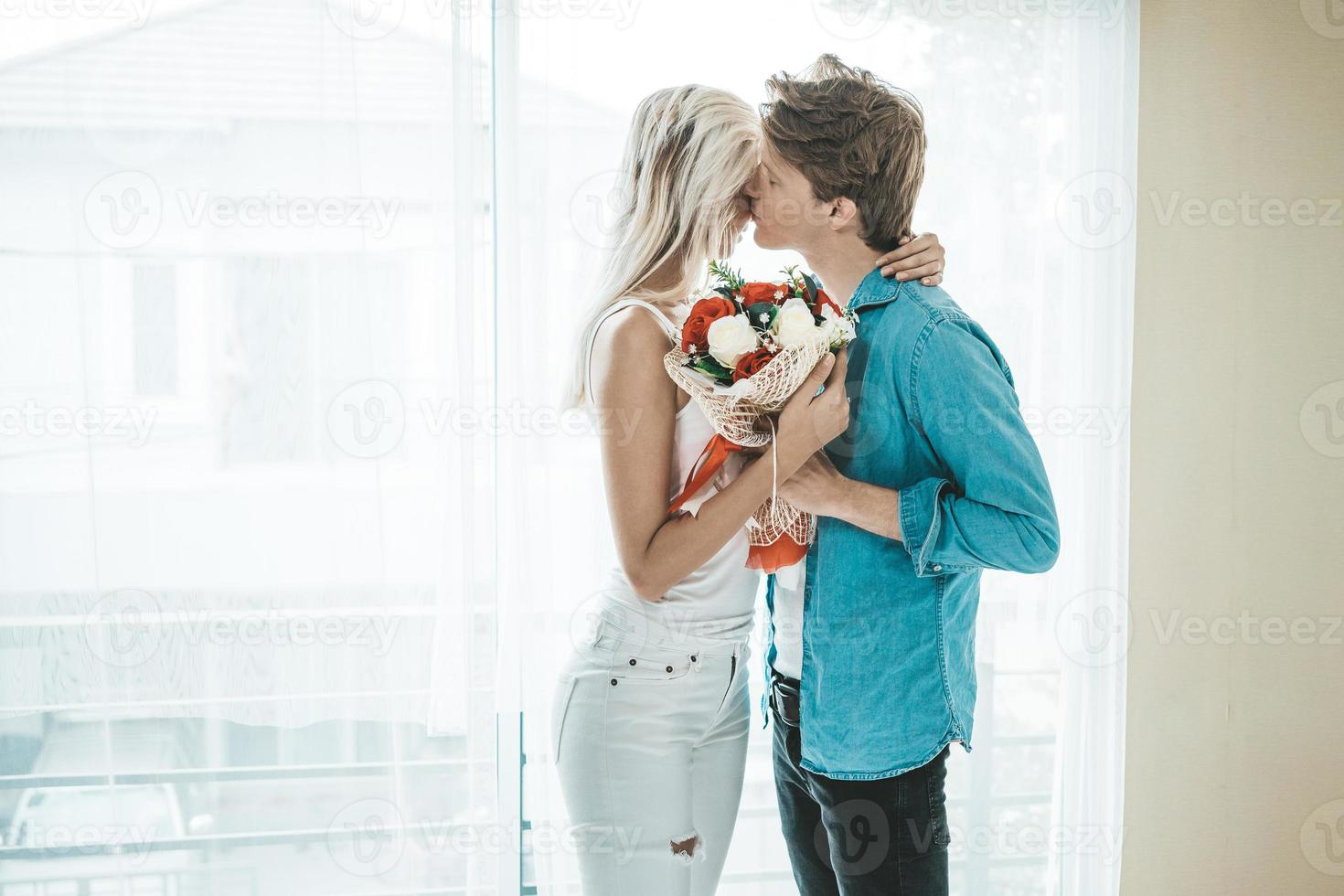 feliz pareja abrazada en el dormitorio foto