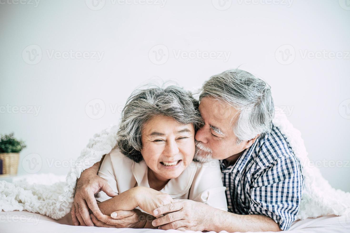 feliz, pareja mayor, reír, en, dormitorio foto
