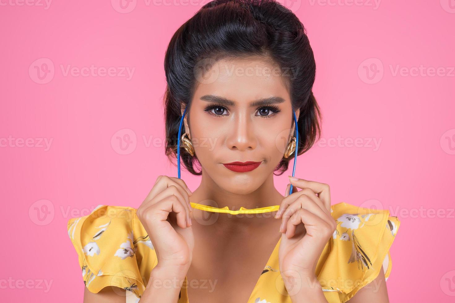Retrato de mujer de moda con gafas de sol foto