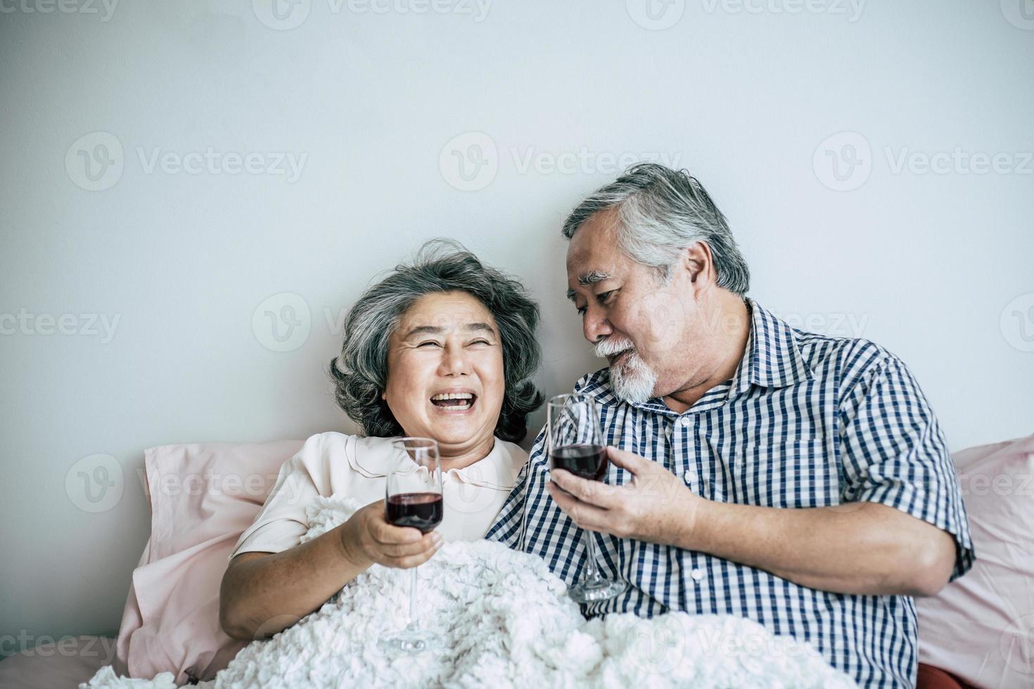 pareja de ancianos disfrutando de su aniversario en el dormitorio foto