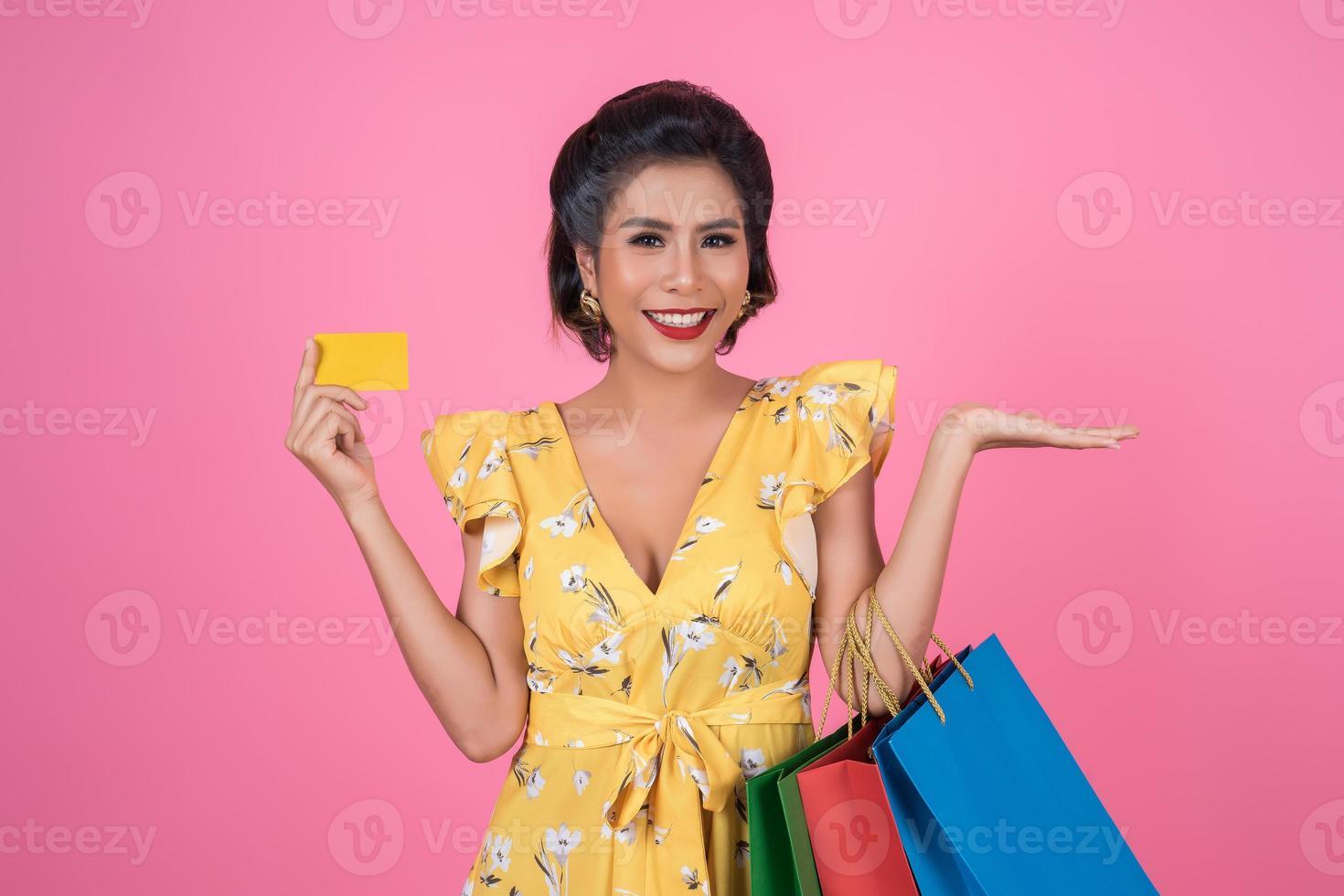 mujer de moda con bolsas de la compra y tarjeta de crédito foto